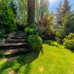 Jardines frontales de estilo  por Bernadó Luxury Houses, Rural