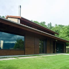 Wooden houses by SANTI VIVES ARQUITECTURA EN BARCELONA, Country