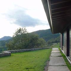 Jardines frontales de estilo  por SANTI VIVES ARQUITECTURA EN BARCELONA, Rural