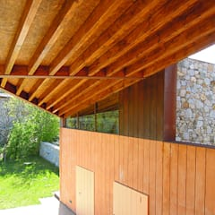 Gable roof by SANTI VIVES ARQUITECTURA EN BARCELONA, Modern