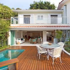 Casa SRC junto ao mar: Moradias  por Viviane Cunha Arquitectura,Moderno