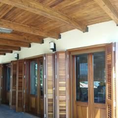Wooden windows by INDUSTRIAL MORA DE BARNICES, S.L., Mediterranean