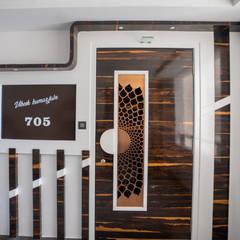Pintu oleh Nabh Design & Associates, Modern Kayu Buatan Transparent