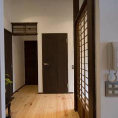 Pasillos y vestíbulos de estilo  por 森村厚建築設計事務所, Asiático Madera maciza Multicolor