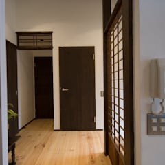 Corridor & hallway by 森村厚建築設計事務所, Asian ٹھوس لکڑی Multicolored
