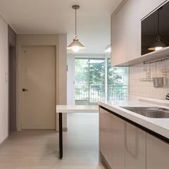 염창동 관음 삼성아파트 24PY: 곤디자인 (GON Design)의  주방,모던