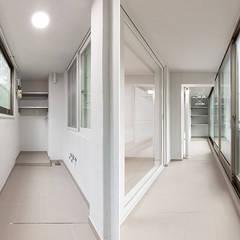 염창동 관음 삼성아파트 24PY: 곤디자인 (GON Design)의  베란다,모던