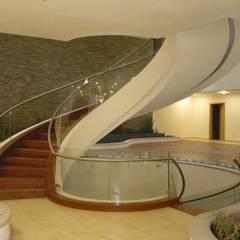 Barandales y escaleras: Escaleras de estilo  por SIALVI, Minimalista Vidrio
