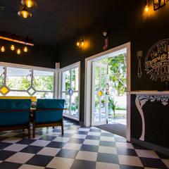 Pasillos, vestíbulos y escaleras coloniales de Studio Kaarigars Colonial