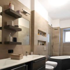 Un bagno nuovo Bagno moderno di studio di progettazione architetto caterina martini Moderno