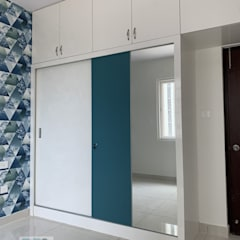 Sliding door wardrobe with Mirror on one of the doors: modern  by U and I Designs,Modern