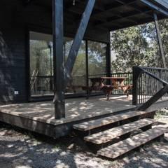 Casa Olmue: Escaleras de estilo  por MACIZO, ARQUITECTURA EN MADERA, Moderno Madera Acabado en madera