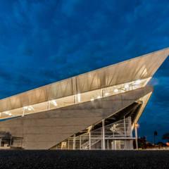 DIAMANTE DE SOFTBALL SIMÓN CARBONELL TOWSEND: Gimnasios  de estilo  por Cadavid Arquitectos, Moderno