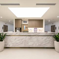 Rumah Sakit oleh TRẦN XUYÊN SÁNG VẠN HOA, Modern