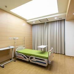 Hospitales de estilo  por TRẦN XUYÊN SÁNG VẠN HOA, Moderno