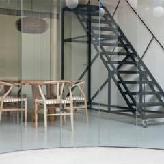 Dining room by Laura Ortín Arquitectura, Mediterranean Metal