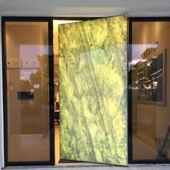 Front doors توسطErcole Srl, مدرن سنگ مرمر