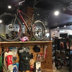 Tienda de bicicletas : Espacios comerciales de estilo  por GARAY ARQUITECTOS, Moderno