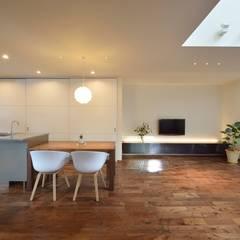 シャープでありつつもあたたかい家。: 空間工房株式会社が手掛けたダイニングです。,オリジナル 木 木目調