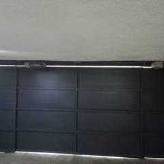 Casas pequeñas de estilo  por Puertas Automáticas JDoors , Minimalista Hierro/Acero