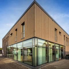 WOHN- UND GESCHÄFTSHAUS:  Bürogebäude von XAI Bauplanung GmbH,Modern