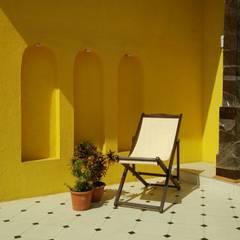 Balcón de estilo  por newness, Tropical