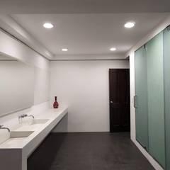 Baños de estilo  por Variable, Colonial Cerámico