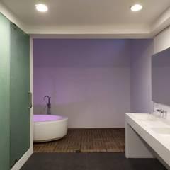 Baños de estilo  por Variable , Colonial Hormigón