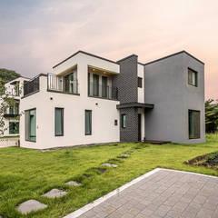 고요함을 그려낸 콘크리트주택: 한글주택(주)의  전원 주택,모던