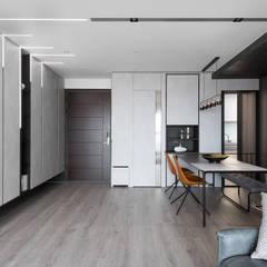Modern corridor, hallway & stairs by 知域設計 Modern