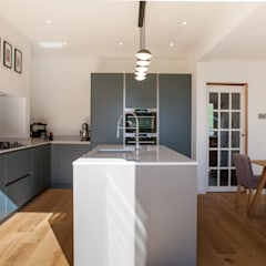 Contemporary open plan kitchen dining room by Kreativ Kitchens Minimalist