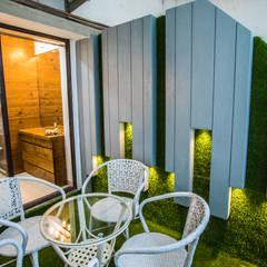 Balcón de estilo  por Vishakha Chawla Interiors, Tropical