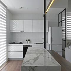 Projekty,  Małe kuchnie zaprojektowane przez 里約設計, Skandynawski