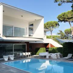 Infinity pool by MM+ interni e architetture, Mediterranean Stone
