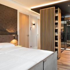 Grote slaapkamer met inloopkast Moderne slaapkamers van De Suite Modern