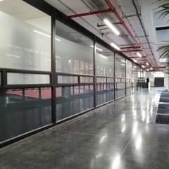 Fabricación e instalación de divisiones de oficina en vidrio para Universidad Javeriana: Ventanas de estilo  por .K-Design arquitectura y diseño interior, Moderno