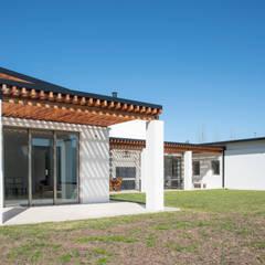 Vivienda Unifamiliar. Barrio los Cencerros. Gualeguaychú. E. Ríos Jardines modernos: Ideas, imágenes y decoración de Asociados Moderno