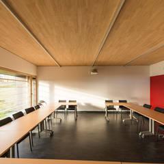 MAISON DU DEPARTEMENT: Bureaux de style  par Atelier Presle, Moderne