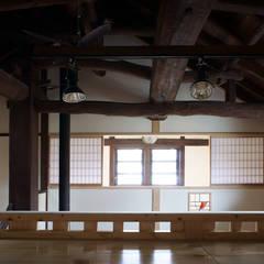 Estudios y despachos de estilo  por 西本建築事務所 一級建築士事務所, Asiático Madera Acabado en madera