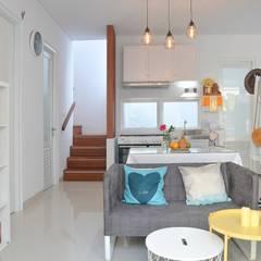White House With The Blue Door Ruang Keluarga Gaya Mediteran Oleh Putri Bali Design (PBD) Mediteran Kayu Wood effect