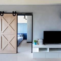 Salas de estilo industrial de 澄月室內設計 Industrial