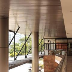 PLACES: Espacios comerciales de estilo  por BASSICO ARQUITECTOS, Moderno Aluminio/Cinc
