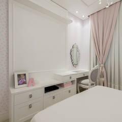 Kamar tidur anak perempuan oleh Espaço do Traço arquitetura, Klasik