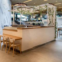 """Construção de dois espaços no mais recente Food Market do NorteShopping - """"Bowls"""" e a """"Pura"""" Escritórios modernos por MOBEC Moderno"""