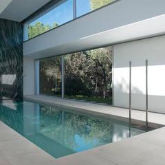 Kolam renang halaman oleh Otto Medem Arquitecto vanguardista en Madrid, Mediteran