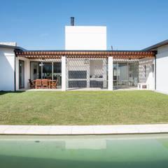 """Vivienda Unifamiliar. Loteo """"Los Cencerros"""": Jardines de estilo  por ASOCIADOS,Moderno Madera Acabado en madera"""