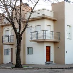 VIVIENDAS TIPO DUPLEX: Casas multifamiliares de estilo  por ASOCIADOS,Moderno