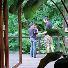 自然公園の森に面した家 オリジナルデザインの テラス の 家と草木のアトリエ hausgras オリジナル 木 木目調
