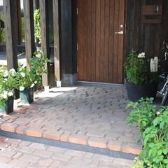 od 家と草木のアトリエ hausgras Eklektyczny Cegły