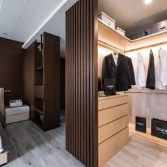 Vestidores y placares modernos de 你你空間設計 Moderno Madera Acabado en madera